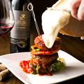 料理メニュー写真マウンテン肉バーガー ラクレットチーズがけ
