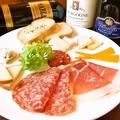 料理メニュー写真生ハム・サラミ&チーズ9種盛り