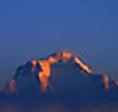 ネパール北部の白く輝く地球の屋根ヒマラヤ山脈、ダウラギリ山系にある世界で7番目に高い山の名前です。サンスクリット語で『白い山』という意味があります。標高 8,167 メートル