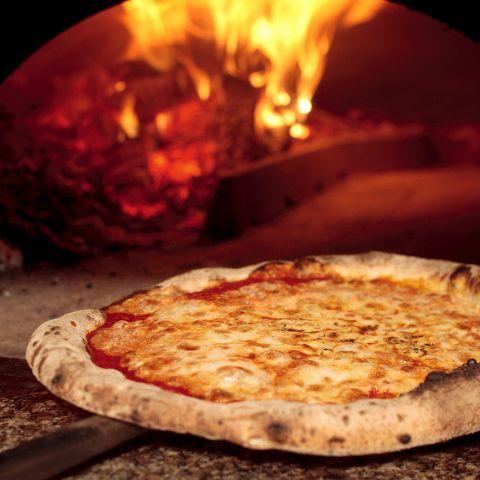 薪窯ならではの薄生地&香ばしいピッツァ。入り口近くの厨房でシェフが思いを込めて焼き上げます。ワインと相性抜群のクアットロフォルマッジやマルゲリータ、ペスカトーレ、プロシュート エ ルッコラなどご満足いただけるメニューを取り揃えております!
