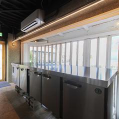 【アイランドキッチンの目の前のお席】アイランドキッチンの目の前でライブ感のある調理風景を見られるお席です。