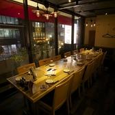 窓際のテーブル半個室席。2名~12名までご利用頂けます。8名様以上でつなげてご利用頂くと、完全個室となります。