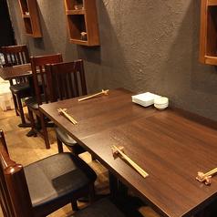 2名様テーブルと4名様テーブルをご用意しております。