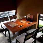2~4名様でご利用いただける窓側テーブル席がございます。