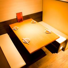 ■お料理が乗っても狭さを感じさせない広々としたゆとりのあるテーブル席です。