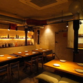 色とりどりの薬酒がずらりと並んだ、明るい雰囲気が自慢の1階。韓国料理のパワフルな魅力をご堪能いただけるフロアです。気軽にふらりと立ち寄っていただける、そんなカジュアルなスペースですから、美味しい料理を囲んで自然に話もはずみます。