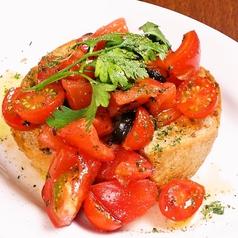 料理メニュー写真トマトいっぱいのバジルブルスケッタ