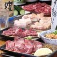 味・食感がそれぞれ異なる牛ホルモン9種類の部位の盛合せです!少しずつ色々楽しめると大人気の一品。どれから食べるかちょっと迷わされるのも嬉しいサービス♪