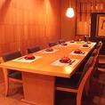 暖色照明が落ち着くテーブル席の半個室。少人数のご宴会などにぴったりです