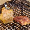 【地かろ鶏のおいしい焼き方】1.まずはタレをつけて、皮側を焼きます。