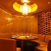 【6~8名様向け】リーデルグラスのシャンデリアがポイントの、4Fの円卓個室。