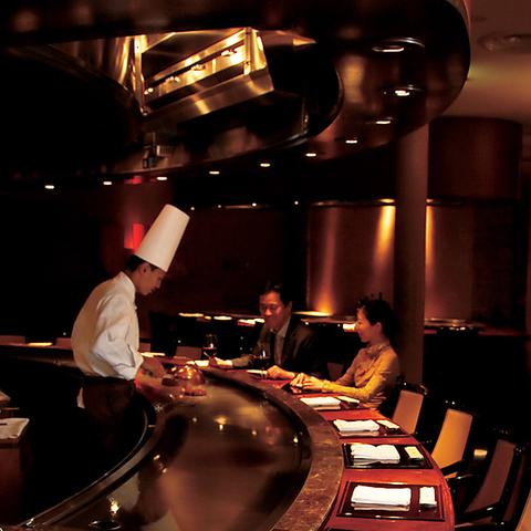 食欲をそそる音と香り、シェフのみごとな手さばきを独り占めできる…