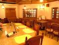藤咲ならではのビックテーブル。以前喫茶店だったときからの名残りで一風変わったテーブルとなっております。おひとり様でも少人数の飲み会でもご利用いただけます。