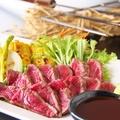 料理メニュー写真土佐赤牛わら炙りレアステーキ 2種塩とわさびで