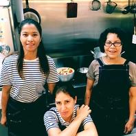 多国籍の女性スタッフが母国の小物料理をご提供!