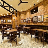 【禁煙ルーム】オープンキッチンの前で臨場感あるテーブル席も多数ご用意!目の前で調理されるビアホールならではのお料理を是非ご堪能ください。ステーキなどのお肉料理からデザート、生ビールなどのドリンクまで豊富にご用意しております。新宿のビアホールでステーキ宴会をどうぞ!