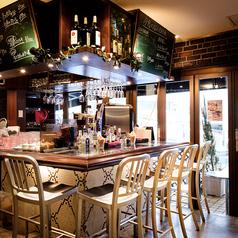 一人でご飯を楽しむためのスペースもあり♪カウンター席にはエクストラゴールドもセットで♪カフェでだけでなく夜はバースタイルもできる!!
