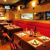 レイアウト変更可能な2名様用&4名様用のテーブル席。お客様の人数によってお席をご用意させていただきます。おひとり様はもちろん、デートや少人数のグループでのお食事にぴったりの空間です。