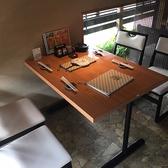 窓側のテーブル席は半個室風