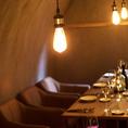 内装・照明・家具などにもこだわったワイン倉庫のような空間・・・国内外のワインも多数取り揃えております!