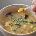 卓上にありますカレー粉を適量スープに入れてカレーつけ麺としてお試し頂けます。スープ割の前にライスにかけて、〆のご飯としてもおいしくいただけます。