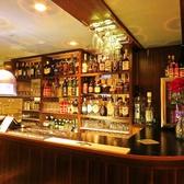 会社帰りにひとりで1杯、なんて時にオススメのバーカウンター席。アジアを中心とした世界各国のビールに、厳選されたウィスキーやバーボンなど、こだわりのお酒がたくさん揃っています。当店自慢の多国籍料理と共に、多彩なお酒を楽しむひと時をどうぞ。