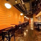 2名~16名様用ゆったりテーブル席。禁煙・喫煙とも16名様グループまで対応OK!新宿駅から徒歩1分とアクセス抜群なビアホールの当店。生ビールなど飲み放題付の宴会コースは3500円~とリーズナブルに宴会をお楽しみ頂けます。完全個室のお席やフロア貸切もございますので、女子会や歓送迎会などにも最適なビアホールです。