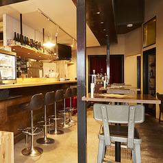 ハイテーブル2名席(3卓)ございます。お食事・仕事帰りに友人/同期同僚とご利用いただけます。