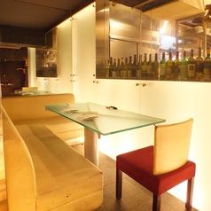 白を基調としたスタイリッシュな空間。オシャレな雰囲気でワインと美味しい料理を楽しんで下さい。
