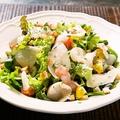 料理メニュー写真赤海老とスモークサーモンのシーザーサラダ