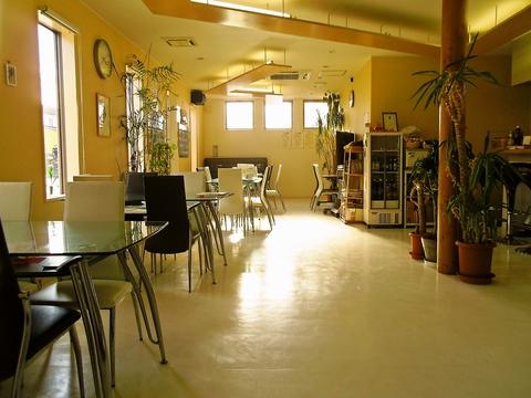 ゆったり広々とした、お洒落なカフェで癒しの時間をすごそう。