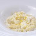 料理メニュー写真レモンのニョッキ ホワイトアスパラとサワークリームのソース