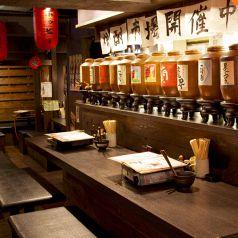 焼酎の甕がカウンターには並んでおります。