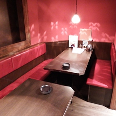 4名様のテーブル席です。※同タイプがもう一テーブルあり、8名様の半個室宴会も可能です。