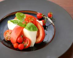 料理メニュー写真赤いトマトとモッツァレラのカプレーゼ