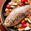料理メニュー写真鮮魚をまるごと一匹使ったアクアパッツァ