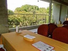 大きな窓の外には美しい庭園が。四季折々の風景を眺めながら優雅なひと時を過ごすことができる。
