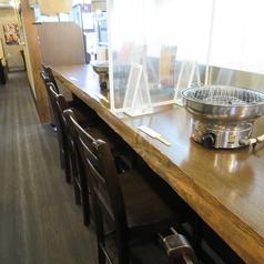 2名掛けのカウンター席。お隣との席間隔を保っておりますので、安心してご利用いただけます。