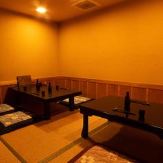 足を伸ばしてゆったり座れるお座敷席は4×2で最大8名様までお座り頂け、小さいお子様がいるご家族様にも定評を頂いております。人数が多い場合には、テーブルを合わせてご一緒にお座り頂けます!楽しいお食事の時間をお楽しみください♪