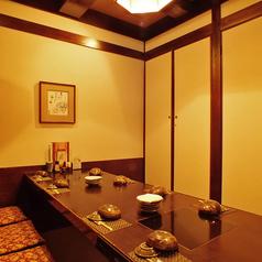 掘りごたつ個室 10名様【8~10名様】人気のひっそりと飲める掘りごたつ個室です。接待や各種ご宴会でのご利用にも、仲間内でワイワイ盛り上げれるお集まりにも◎JR各線新宿駅から徒歩5分とアクセスも良いので、まだまだ飲みたい!と2次会の会場をお探しの際には、是非鳥元を☆