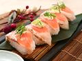 料理メニュー写真炙りサーモンの寿司