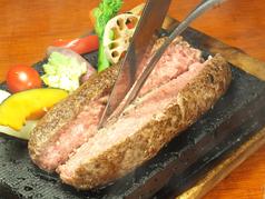 料理メニュー写真溶岩石焼き和牛とろけるハンバーグステーキ200g