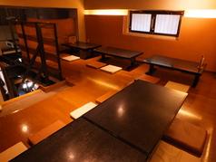 2階席。最大24名様までご利用いただけます。大き目のテーブル(4名様×5卓),小さめのテーブル1卓。