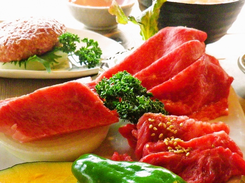 知多半島で大切に育てた知多牛を、溶岩焼きに。甘くてやわらかな肉を堪能できる。