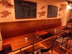 オシャレな店内は女子会や誕生日会に人気☆広めのテーブル席はゆったり楽しめます。