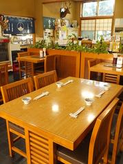 ご家族で夜ご飯もゆっくり召し上がれます!4名様用×2卓のご用意です。