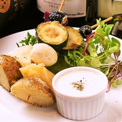 料理メニュー写真カマンベールとズッキーニのフリットピンチョス