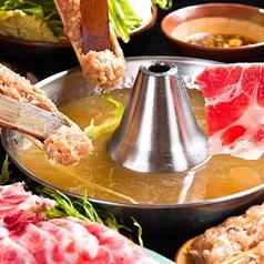 【特選旨豚塩しゃぶしゃぶ 2300円(約2名様)税込】熟成した門外不出の塩ダレを黄金スープにブレンド。