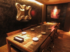 【2F】6名掛けのテーブル席が2つ。人数に合わせてお席ご用意できます♪隠れ家空間で落ち着いた雰囲気。