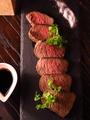 料理メニュー写真特製エイジングビーフバルサミコバターソースを添えて